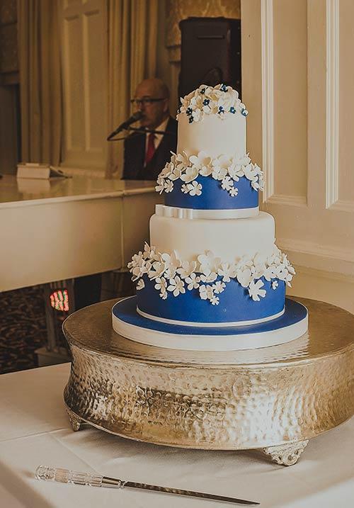 blue an dwhite wedding cake